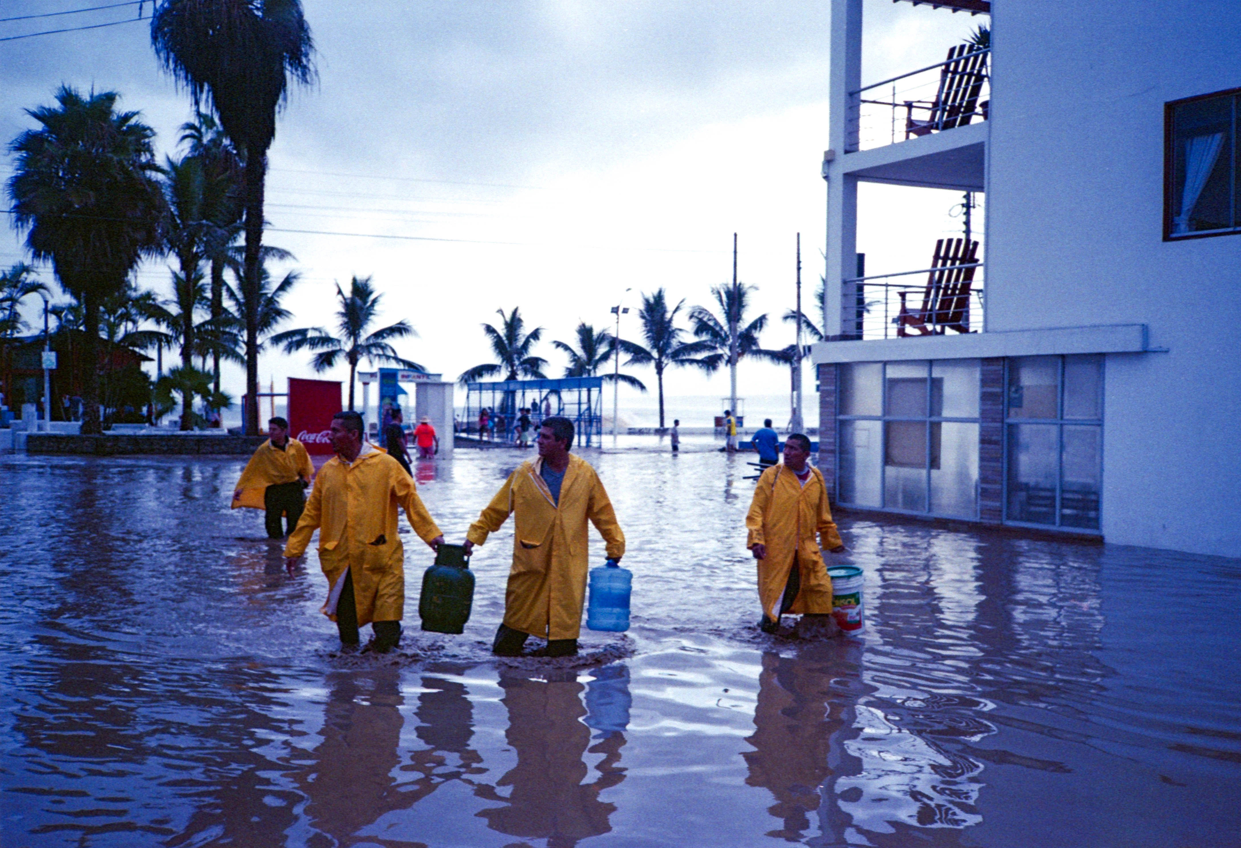 The flood comes · Huanchaco, Perù